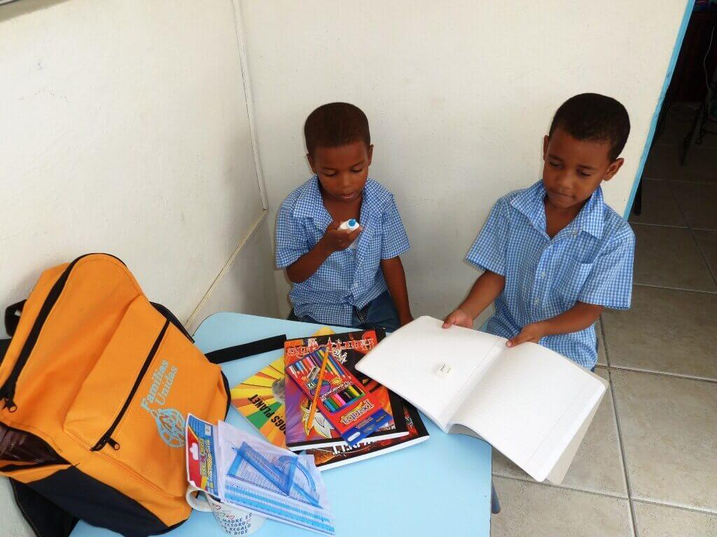 Dotación de material escolar en República Dominicana