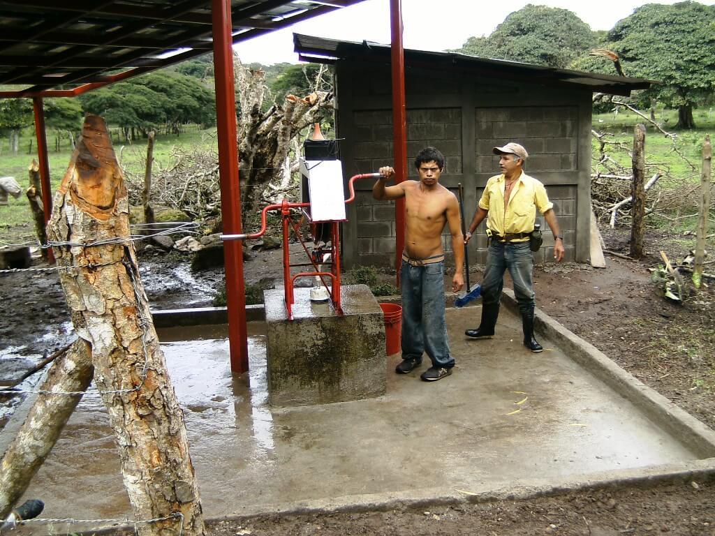 Instalación de abastecimientos de agua en zonas rurales en Nicaragua